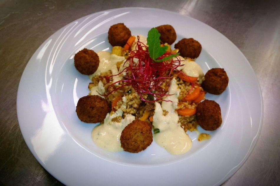 Falafelbällchen mit Couscous und Vanille-Sauerrahm Dip, Rote Beete Sprossen und Minze 🍴🍷😋 Food Foodporn Food!!! Delicious What's For Dinner?