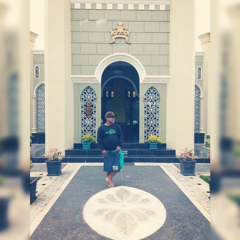 Di depan makam Sultan Syarif Qasim II dan family Latepost Makam Pahlawan Kerajaan Siak Sri Indrapura Denim espirit SquareInstaPic