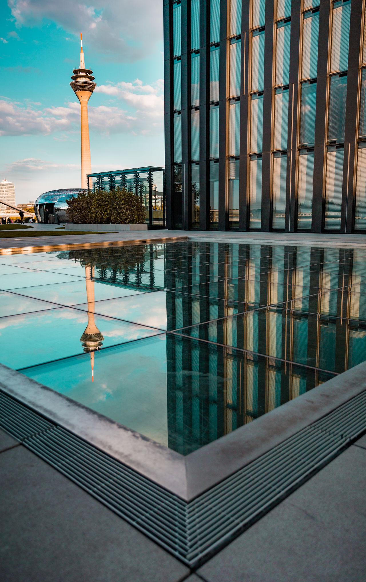 Es gibt auch Spiegel, in denen man erkennen kann, was einem fehlt.Architecture Modern Outdoors Reflection Built Structure Harmony Of Colours Düsseldorf TakeoverContrast Design Gebäude Architektur Gebäude Rheinturm  Rheinriver Hyattregency Spiegelung Medienhafen Düsseldorf 🌾