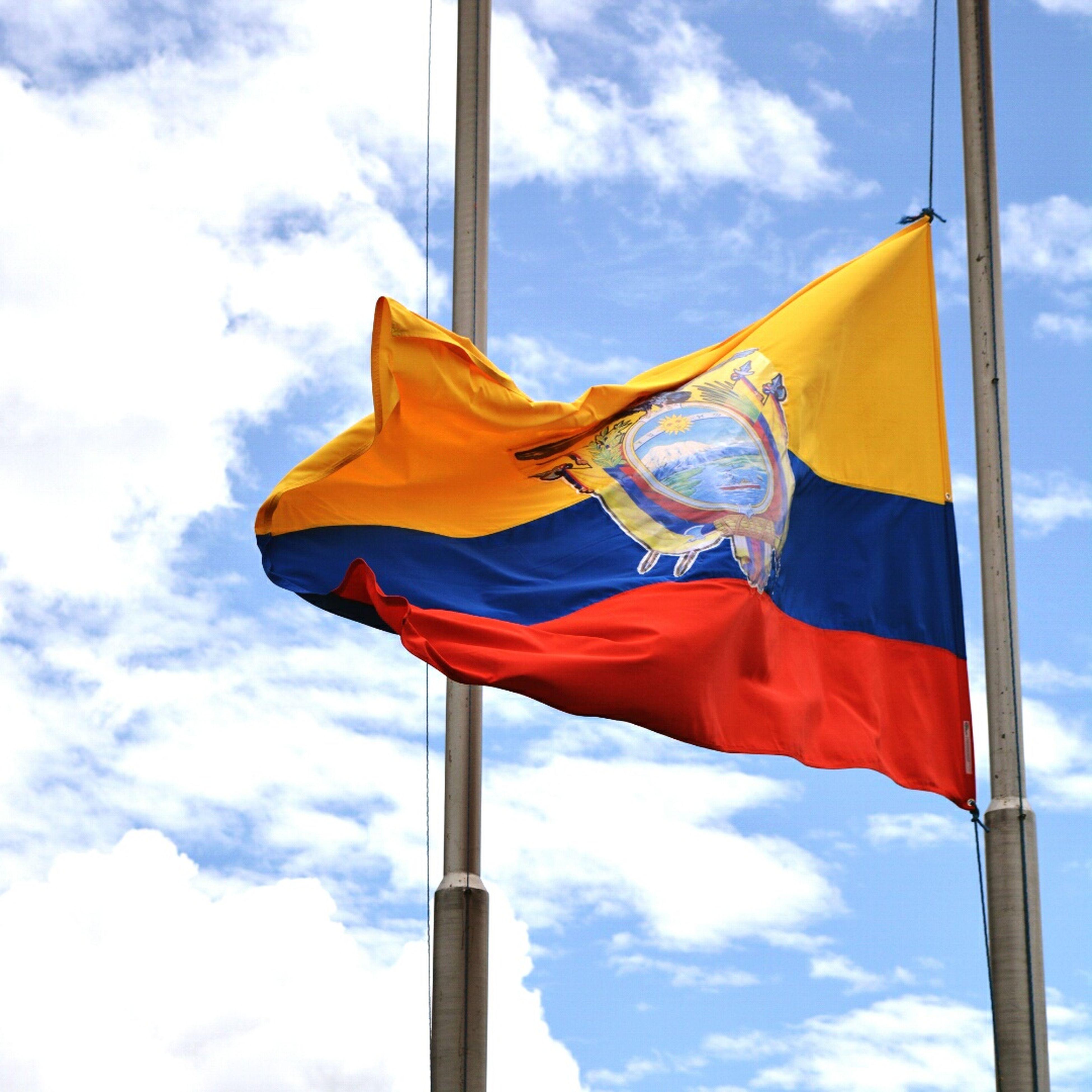 Ecuador Bandera De Ecuador Mitad Del Mundo Nikon Wind
