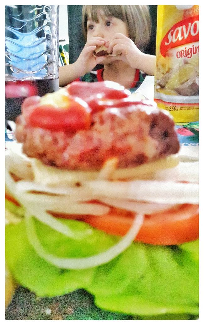 Niña comiendo hamburguesa Kids Eating Food Hamburger Burguers Food Photography Meat! Meat! Meat! Hamburguesas Caseras Foodpics Hamburguesas Foodphotography Meat