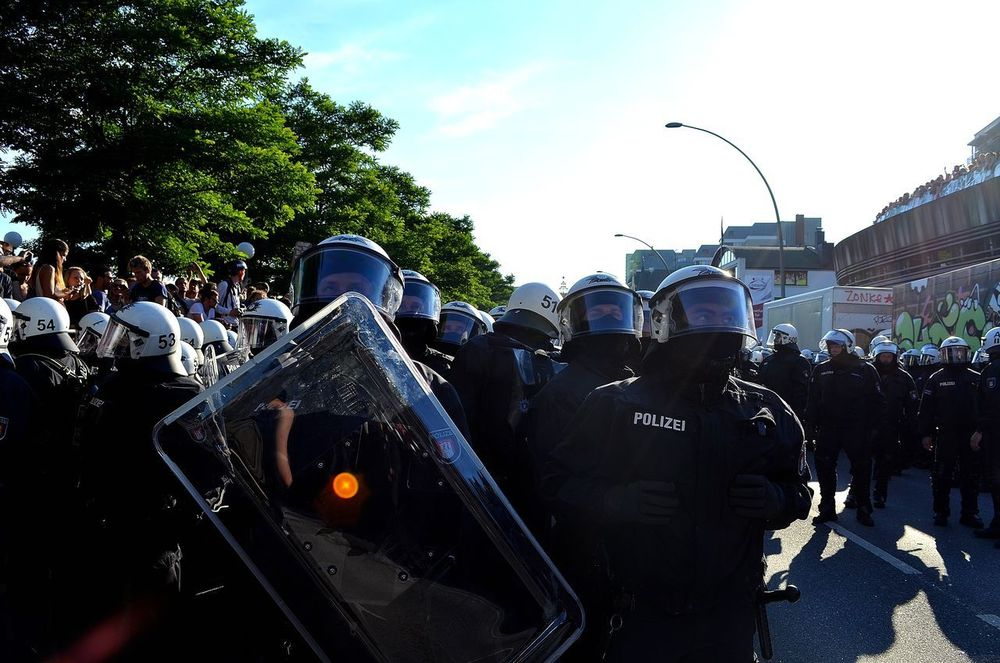 G20 Gipfel G20 Summit G20 Meeting Hafenstraße Hamburg Adult Crowd Day G20 Hamburg G20 Protest Germany Large Group Of People Men Outdoors People Police Force Police Uniform Real People Riot Riot Police Sky Tree Watching
