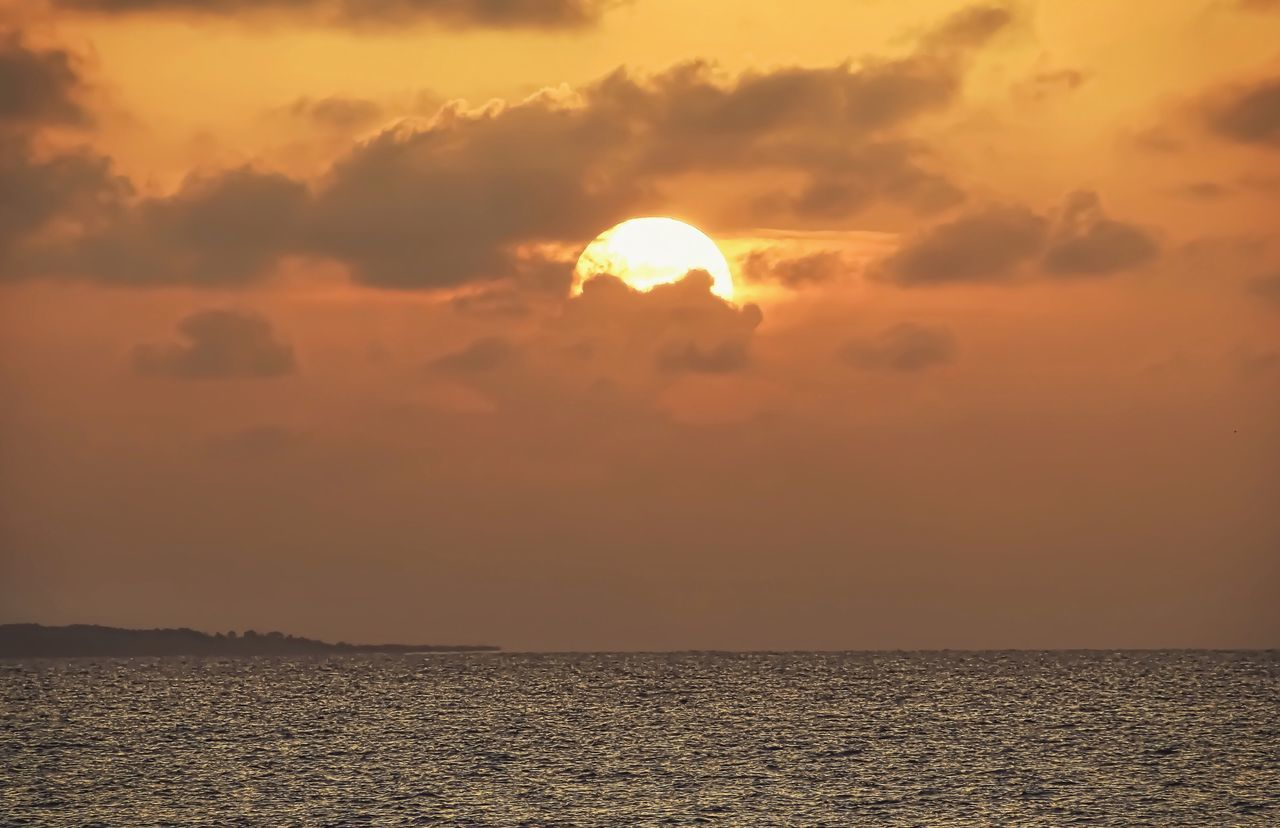 A wonderful goodnight from Port St Joe 🌅🙃🌞🌚 Warmth Drawn To You Sunset Radiance Sun Sea Beauty In Nature Scenics Playa Water Orange Color Ocean Nature Idyllic Horizon Over Water Wishing Tranquility Walking Around Textures And Surfaces Taking Photos Summer