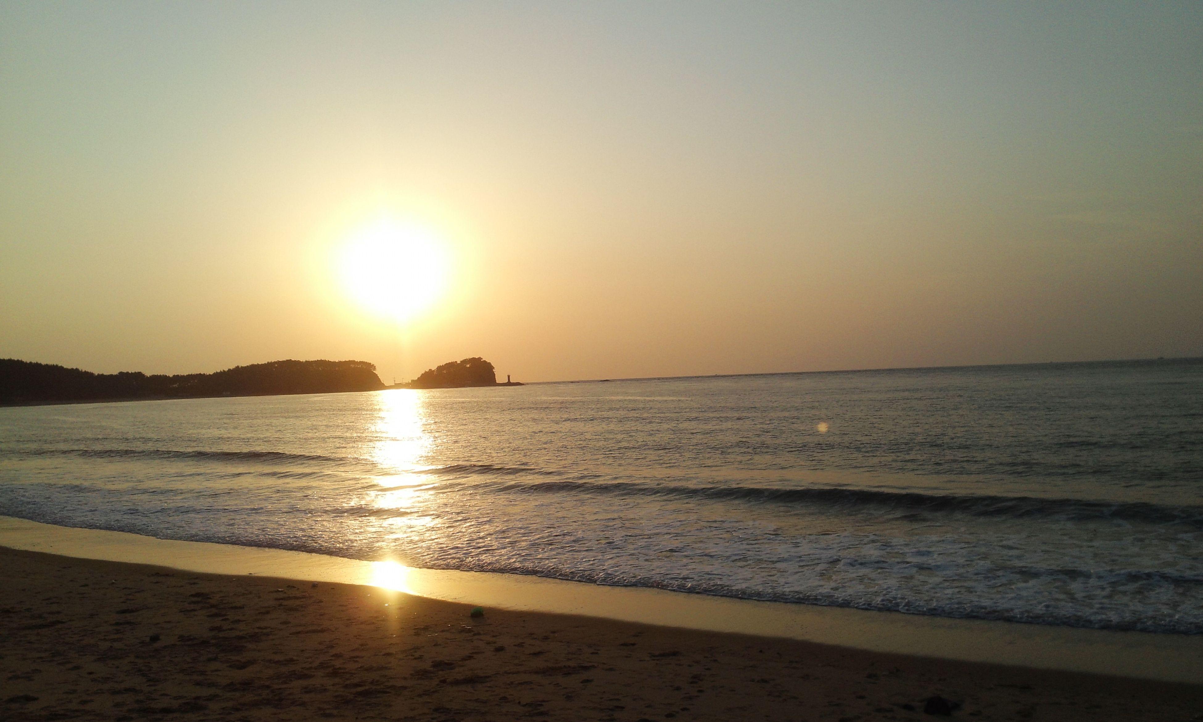 sea, sun, water, sunset, beach, horizon over water, scenics, tranquil scene, tranquility, beauty in nature, shore, reflection, sunlight, clear sky, idyllic, nature, sand, sky, sunbeam, orange color