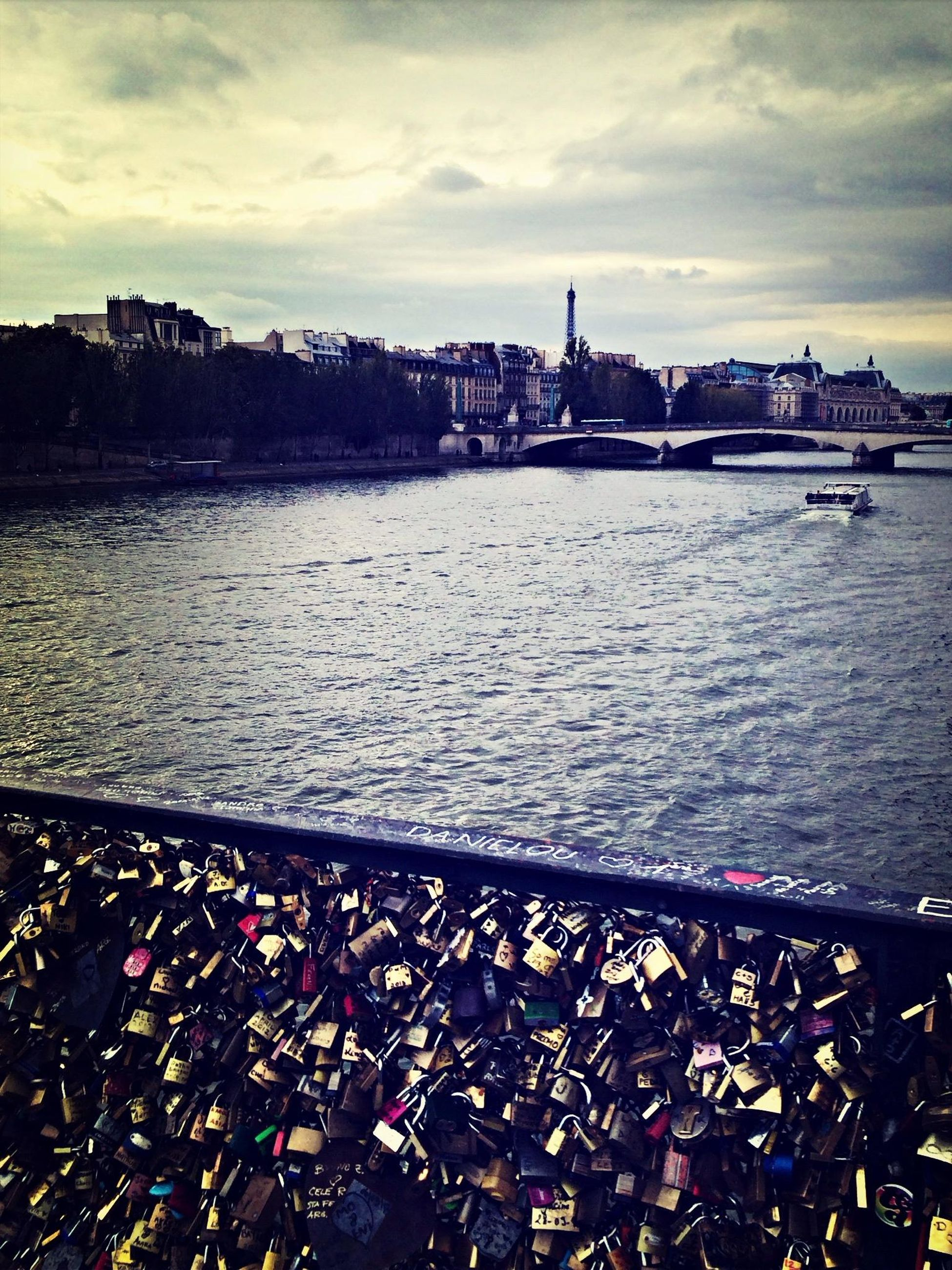 Pont_des_arts  and the Eiffel_tower on a string. Paris