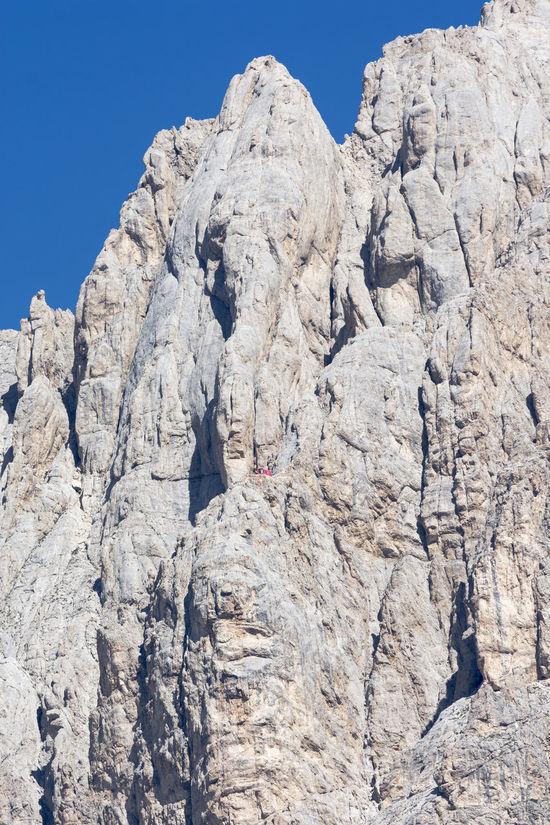 Parco Nazionale del Gran Sasso-Monti della Laga. Vista della parete del Corno Grande e del rifugio Bafile (il puntino rosso). Gran Sasso D'Italia Gran Sasso Rifugio Rifugio Bafile Corno Grande Parco Nazionale Gran Sasso Turismo Viaggiare Montagna Montagna Nature Photography Alpinismo Outdoors Nature Landscape Abruzzo - Italy Camping Flora Fauna Fauna And Flora