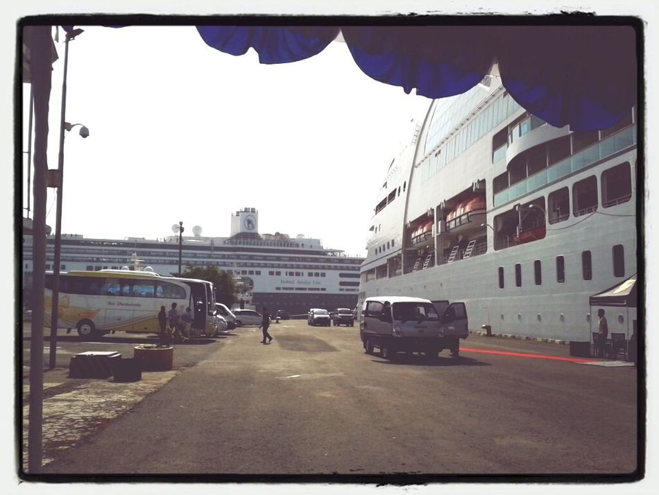 HAL Amsterdam and Seabourn Quest