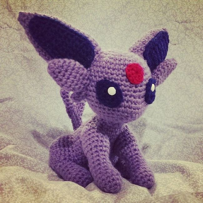 Extremely loyal, Espeon is said to have developed precognitive powers to protect its trainer from harm. Espeon Pok émon Nintendo Pokemoncrochet pokemonamigurumi  crochet amigurumi crafternoon handmade tamillivanilli