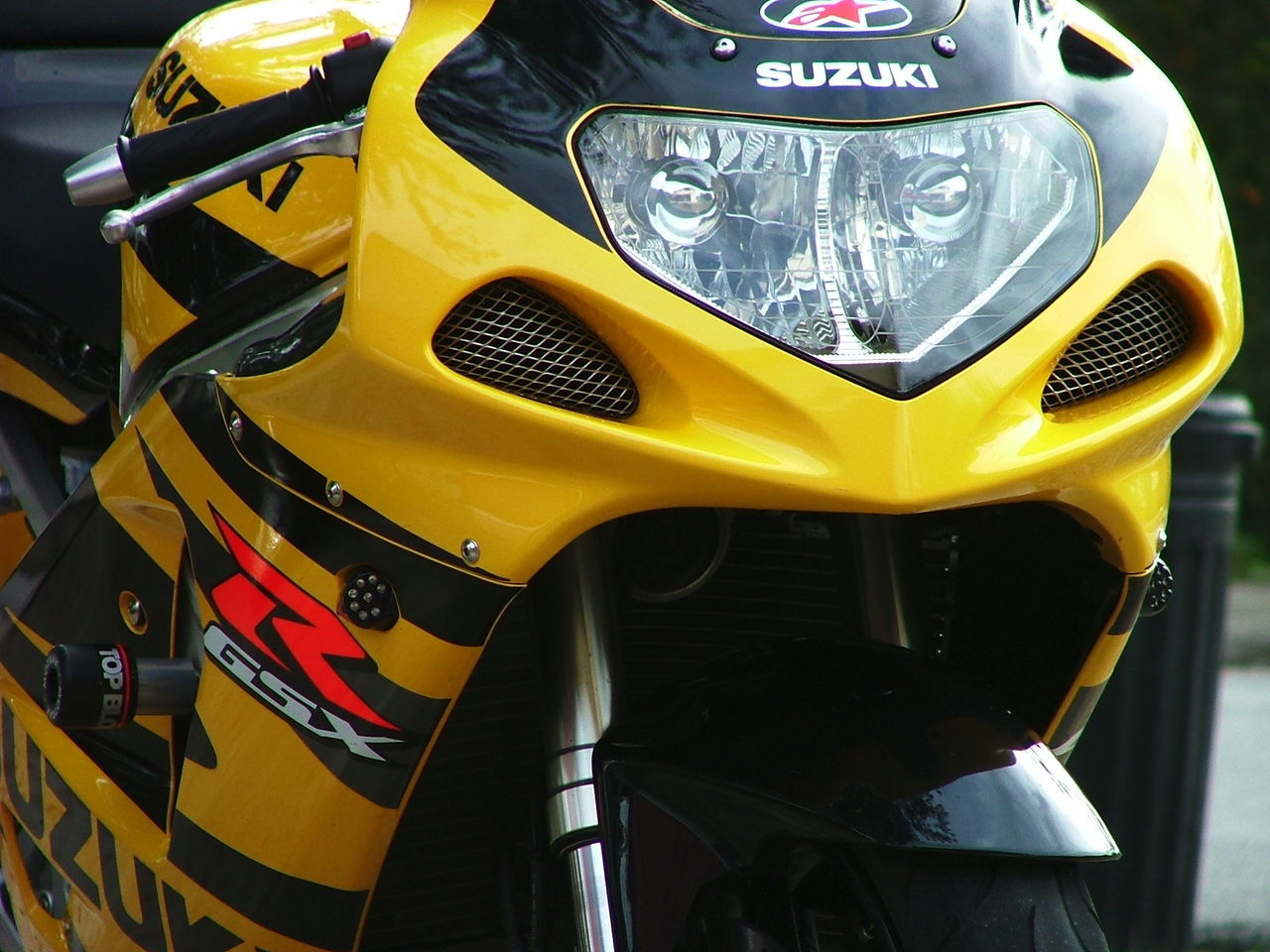 Gixxer 750 Cc Suzuki Gsxr 750 Suzuki 2002 Superman Black And Yellow  Eurotail Race Bike Racebred Racing Motorcycle Special Edition Yellow Car Close-up No People Outdoors Day