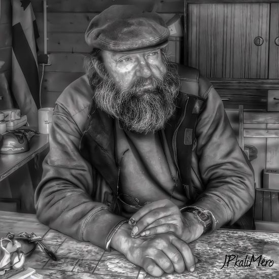 Le Sage.. IPhoneography Black And White Man Homme Enjoying Life Courage👍 Beautiful Beauté Street Photography Streetphoto_bw Vie Life Barbe