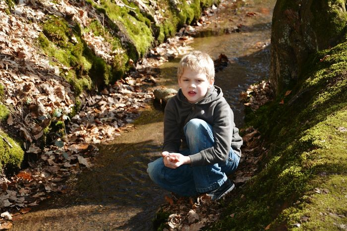 Im Wald am Bach beim Spielen.... Childhood Full Length Child Children Only One Person Sunlight Sitting People Pain Injured Injure Verletzt Painful finger Outdoors River Autumn🍁🍁🍁 Walking In The Woods Stream - Flowing Water Water Stream Realistic Real People Real Life Boy Forest