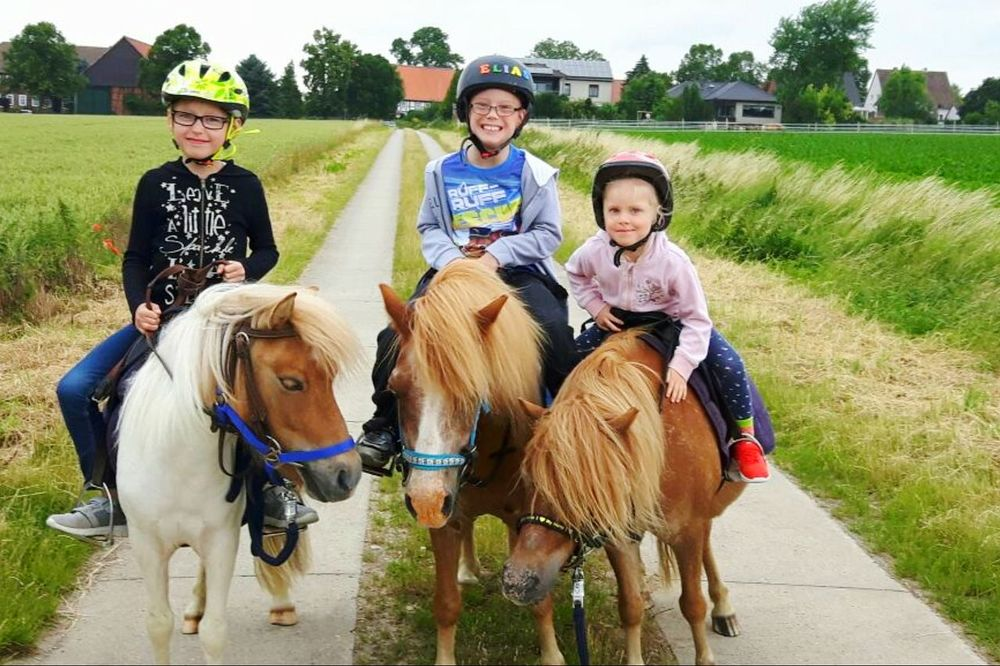 Togetherness Ponyriders Children Only Children Photography Kinderreiten Domestic Animals Happiness Riding Outdoors Smiling Looking At Camera Animal Themes Friendship Horse Photography  Beliebte Fotos Laughing Like A Child EyeEm Selects Shetland Pony Horses Ride A Pony Spaß Haben  Spaß Ferienspaß Kinder Und Tiere