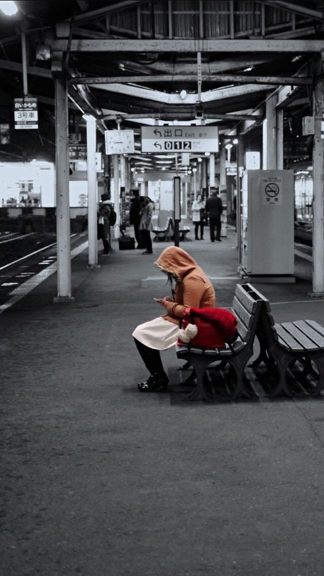 Testcase Smart phone Girl On The Platform / Nagasaki Station Night Photography Partcolor Snapshots Of Life Ordinarypeople Wintertime Noir&color Noir Et Blanc Station Platform / 50mm Portrait Of A Woman Colorsplash January2016 It's Cold Outside