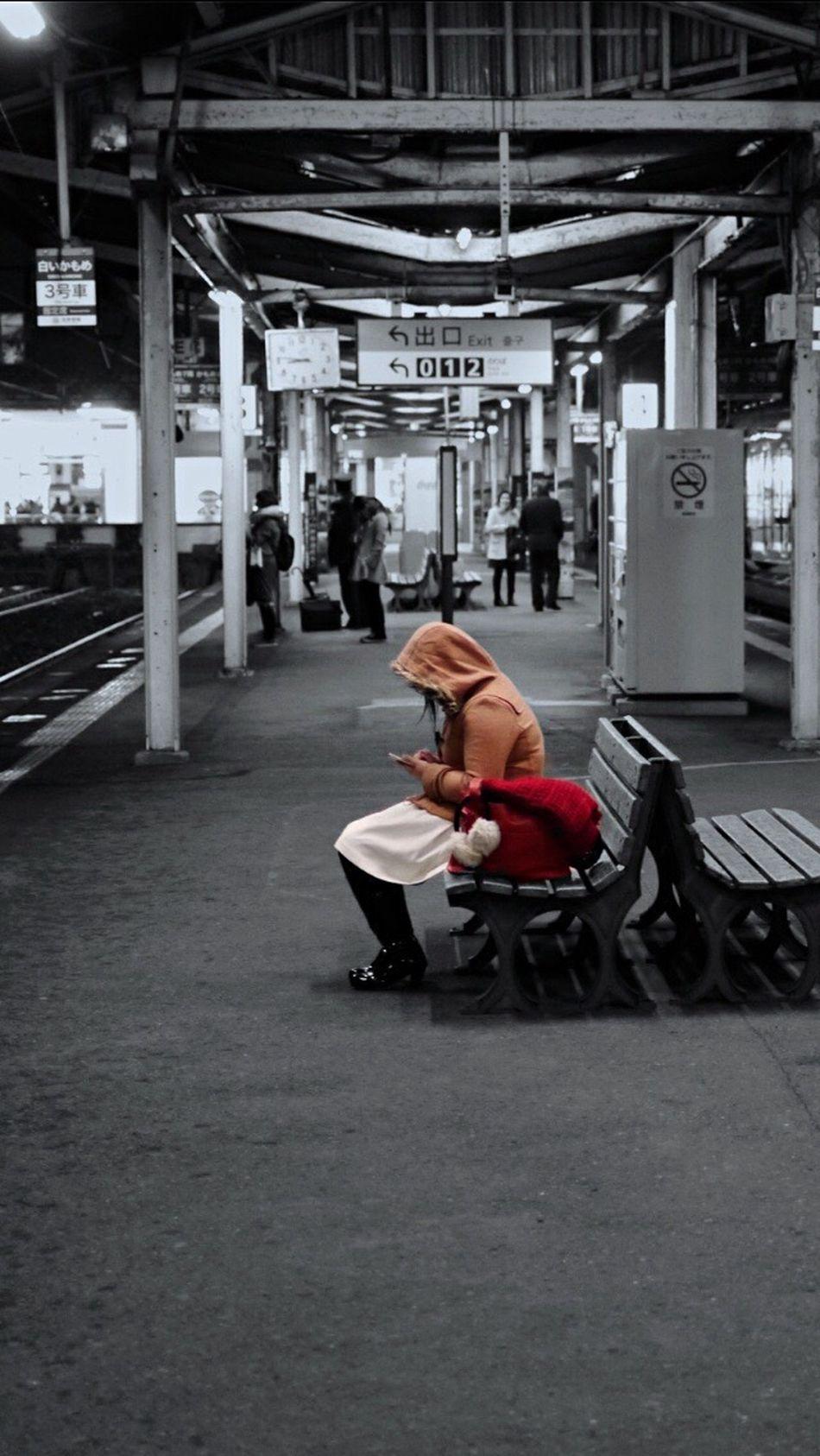 Testcase Smart phone Girl On The Platform / Nagasaki Station Night Photography Partcolor Snapshots Of Life Ordinarypeople Wintertime Noir&color Noir Et Blanc Station Platform / 50mm Portrait Of A Woman Colorsplash January2016 It's Cold Outside