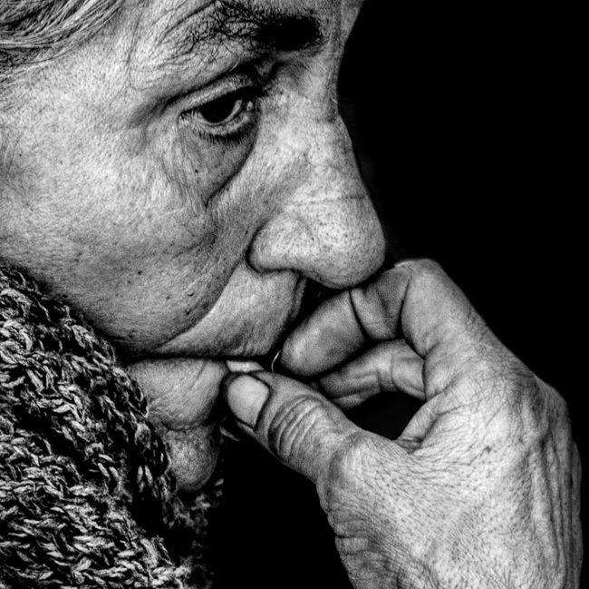 Anonymous portrait... Qué extraño los que se adoran así mismo, porque es carroña lo que adoran... K. Gibran B&W Portrait Bw_collection Streetphotography Blackandwhite Portrait Street Portrait Streetphoto_bw Bw_portraits EyeEm Best Shots EyeEm Best Shots - Black + White EyeEmbnw The Human Condition RePicture Ageing