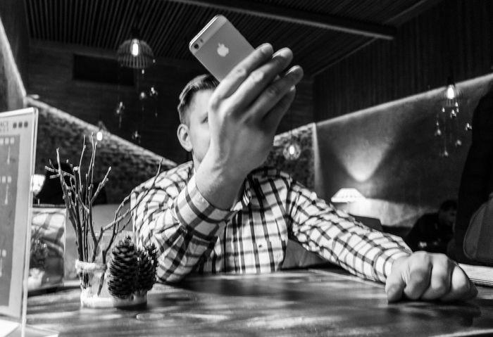 зависимость телефон People No People One Person Day Lifestyles Alone Man Table Good Times Love Boyfriend❤ Child Sitting Indoors  Technology Selfie Portable Information Device Home Interior Adult