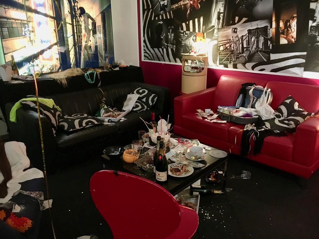 Art Is Everywhere Broken Glasses Mess Wild Party Destroyed Exhibition Kunstinstallation Morning After