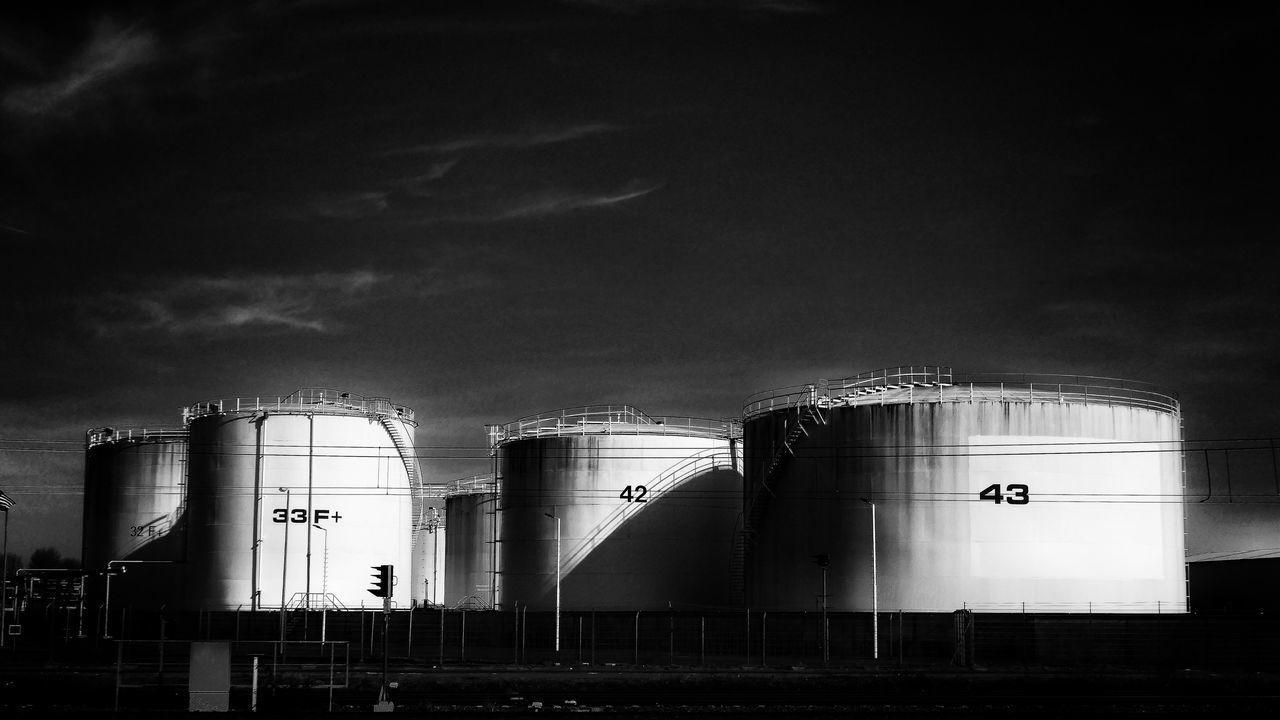 Leica Oil Industry Factory Storage Tank Silo Fuel And Power Generation Built Structure No People Refinery Chemical Plant Architecture Outdoors Agriculture Day Sky Oil Refinery Petrochemical Plant