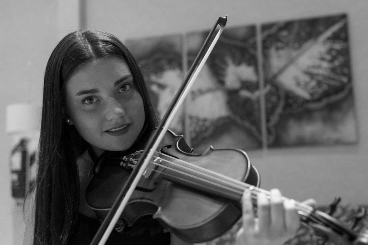 Black And White Music One Person Violin Musician Young Women Musical Instrument Violinist One Woman Only Black & White Bnw_collection Bnw Photography Rosario Argentina Portrait Portrait Of A Woman Bnwportrait