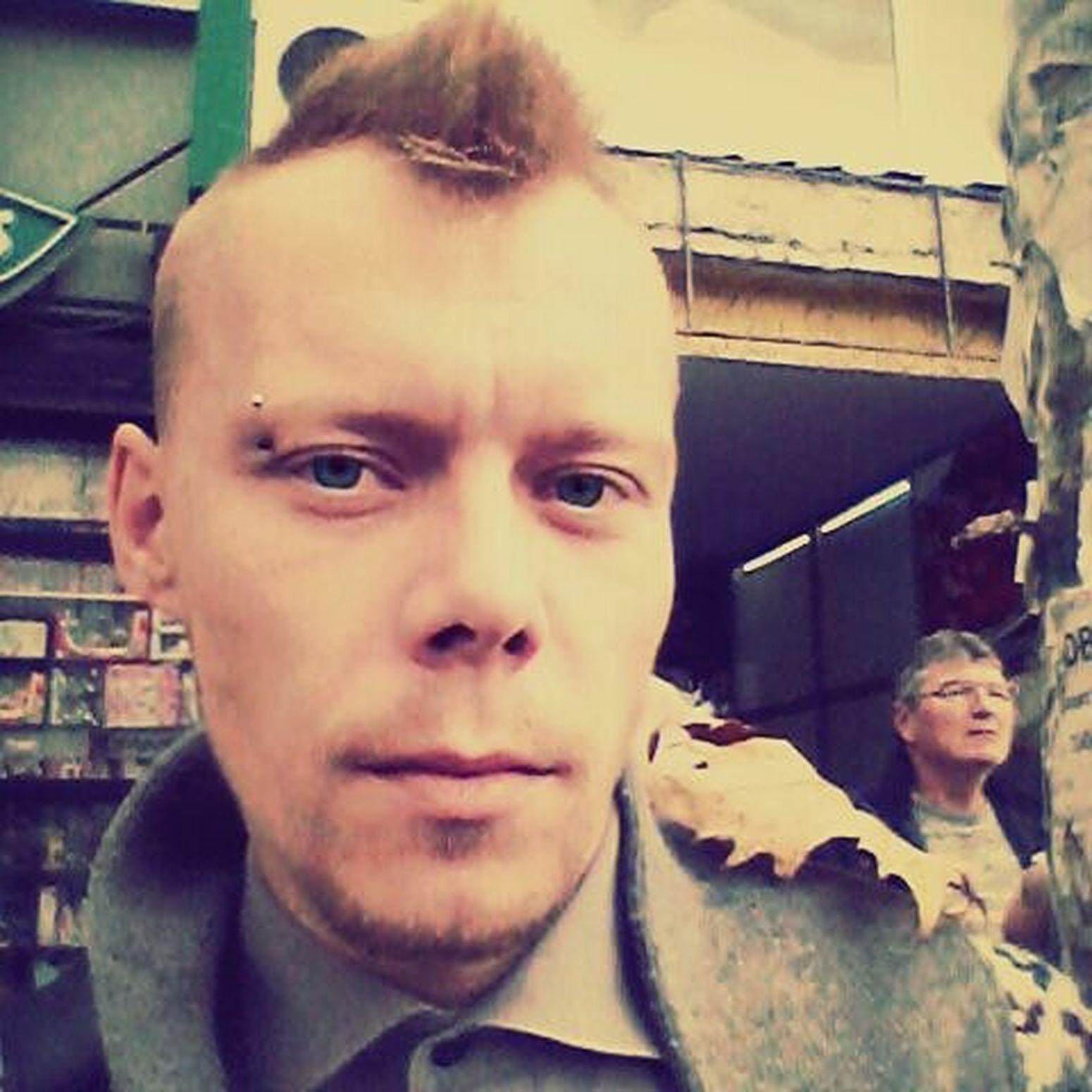 Nekoga posere golub nekome sleti list... Leave Sholder Boy Selfie Face Moment Autumn . Pierceing