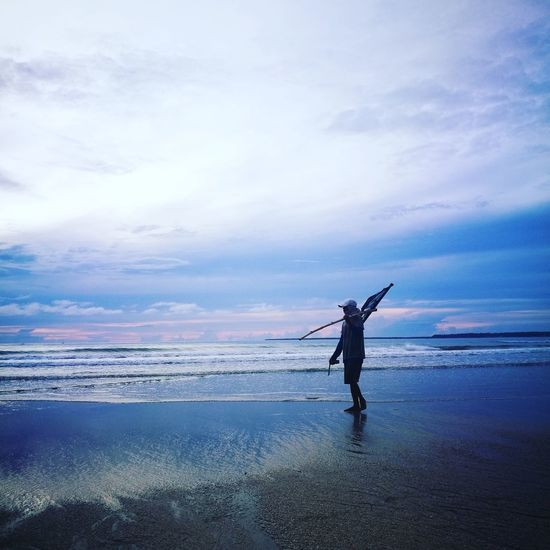 Fisherman Seashore Sea Sea And Sky Seascape Seaside Sea Life Sea View Sealife Seaview Sun Sunshine One Person Only Men Sunset philippines The Great Outdoors - 2017 EyeEm Awards Philippines Philippines ❤️ Philippinesphotography Philippines 2017 Philippine Sceneries Philippine Islands Philippinesbeaches Philippine Sea