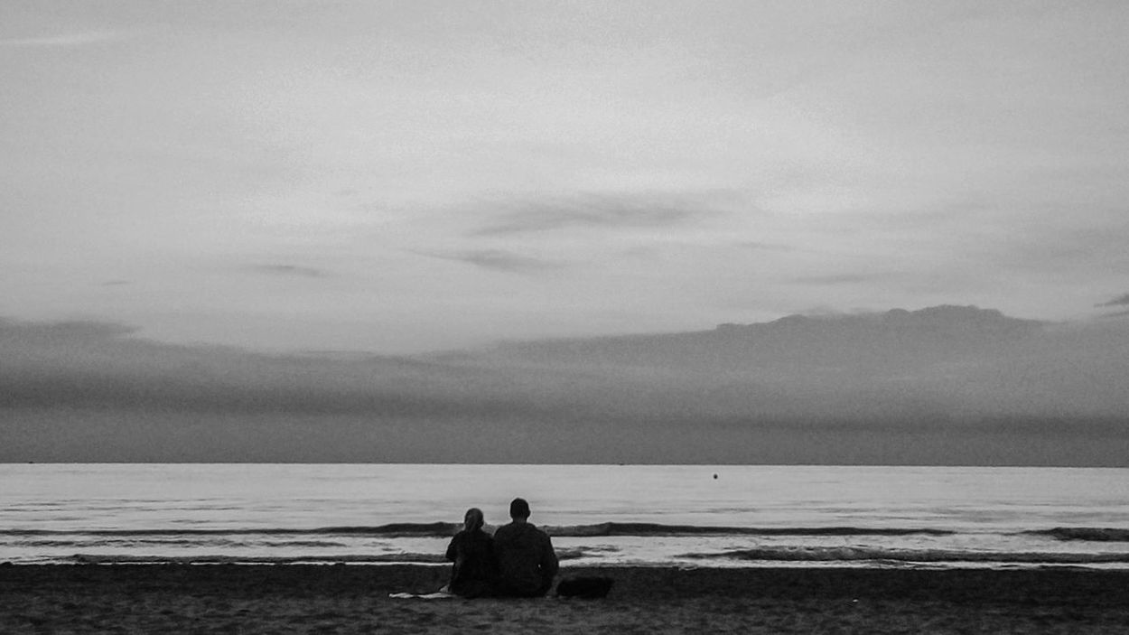 Couple in dawn. Beach Water Sea Tranquility Tranquil Scene Sitting Solitude Lifestyles Idyllic Relaxation Love Amor Pareja Couple Romantic Black And White Blanco Y Negro Art
