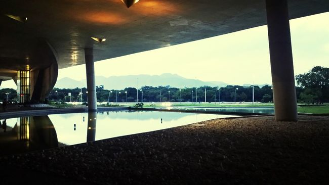 O urbano se juntando com a natureza... ♡ Urban Landscape Urban Reflections Awesome Performance Concert