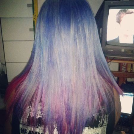 Meu cabelo, nao da pra ver muito pq a luz tava meio escura :) Coloredhair Hairpurple Hairblue Hairpink coloredgirl color hair girl instahair instacute instalove maiden ironmaiden