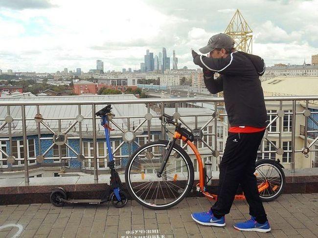 Боюсь тебя, синий самокат! :) Bicycle City City Life Men One Person Globber Kickbike Day Welcome Beautiful Day Russia россия самокат Letskick Moscow, Москва Relaxing Taking Photos