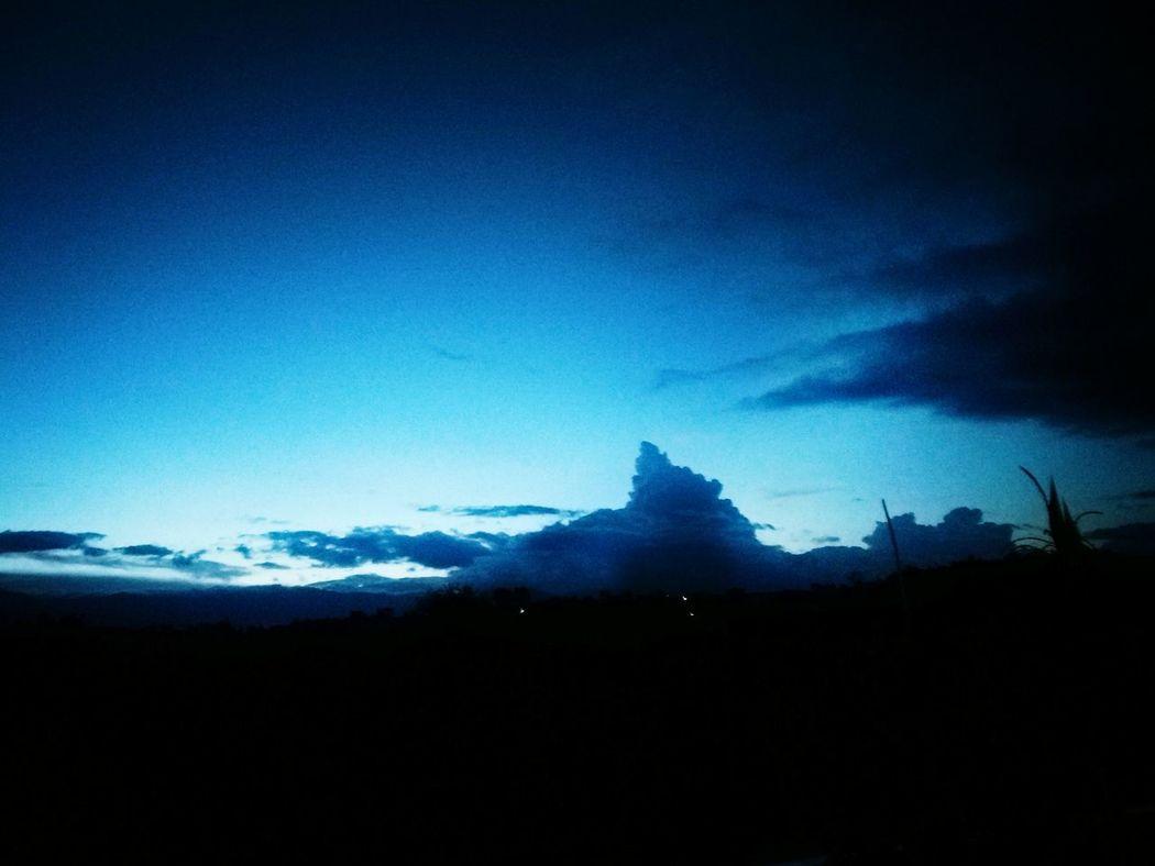 太阳沉下后细微光线,在天边印出一抹蓝,紧接而来的是慢慢长夜,和遥远尽头的又一个黎明 云 日落 蓝色