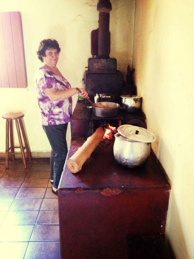 Mamãezinha, ajudando a terminar o rango na casa do tio Zé....