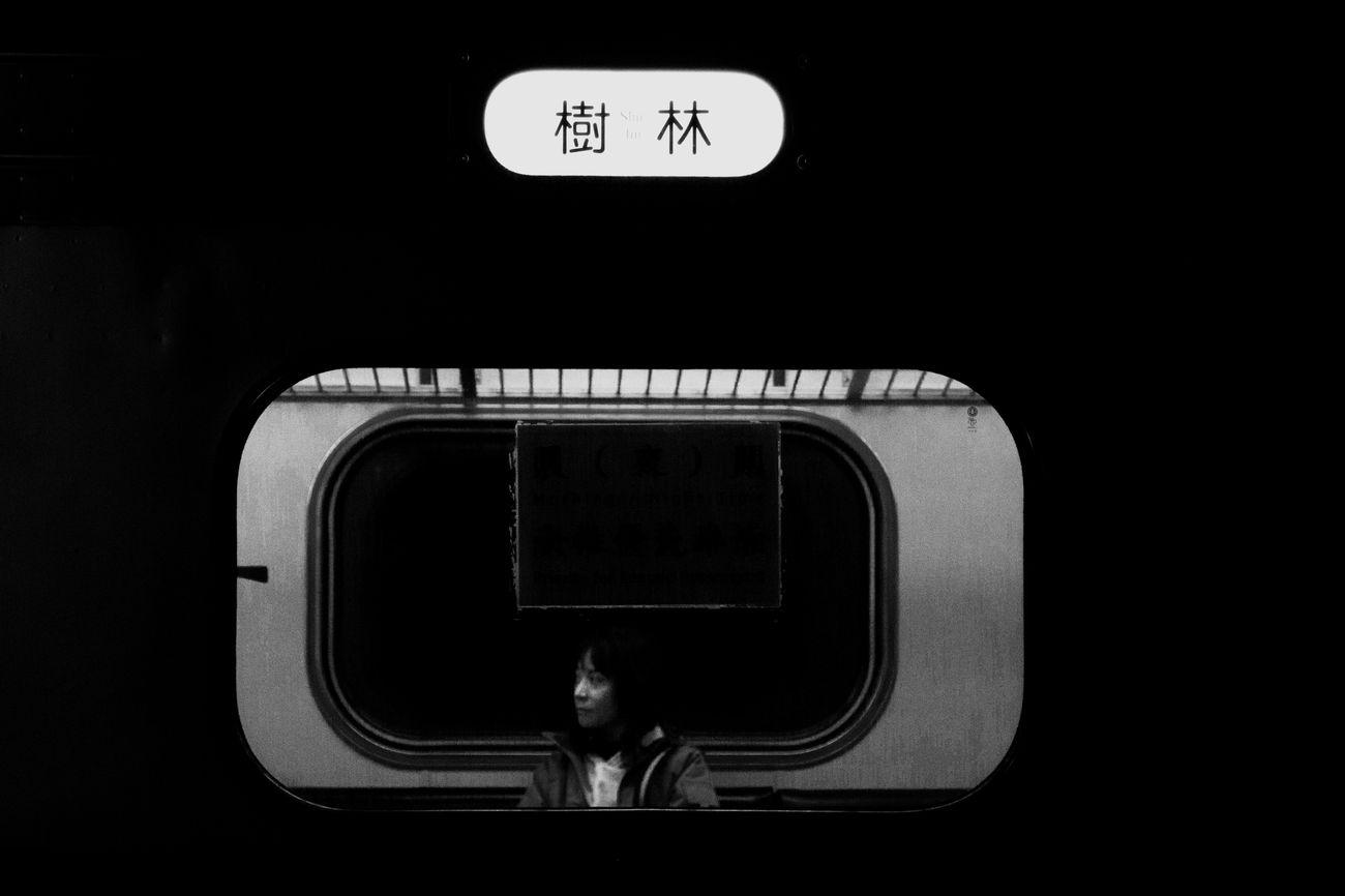 歸 火車 黑白 深夜 鐵道 樹林