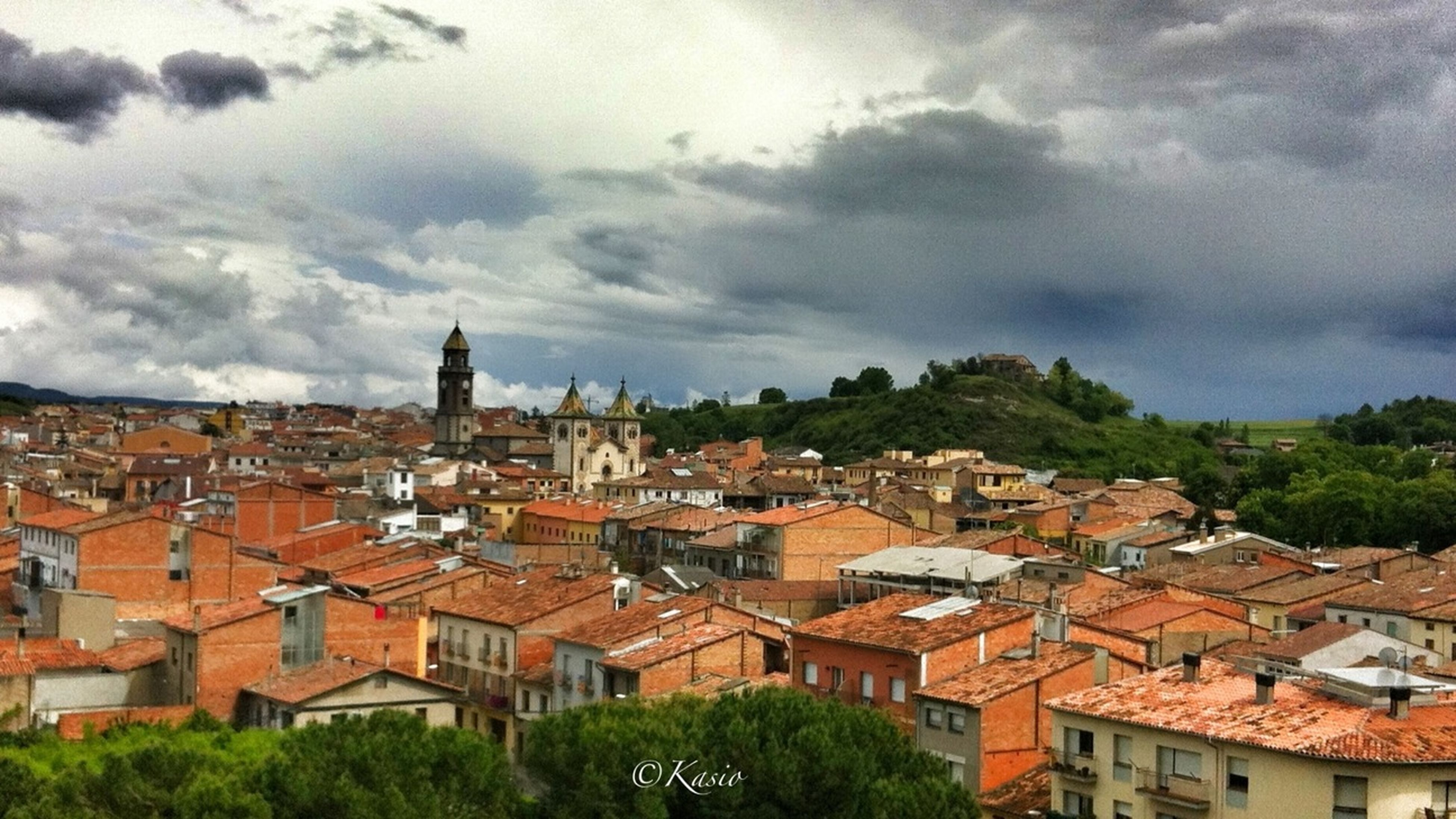 building exterior, architecture, built structure, residential district, sky, crowded, residential structure, house, residential building, high angle view, city, townscape, cityscape, roof, cloud - sky, town, tree, cloudy, community, cloud