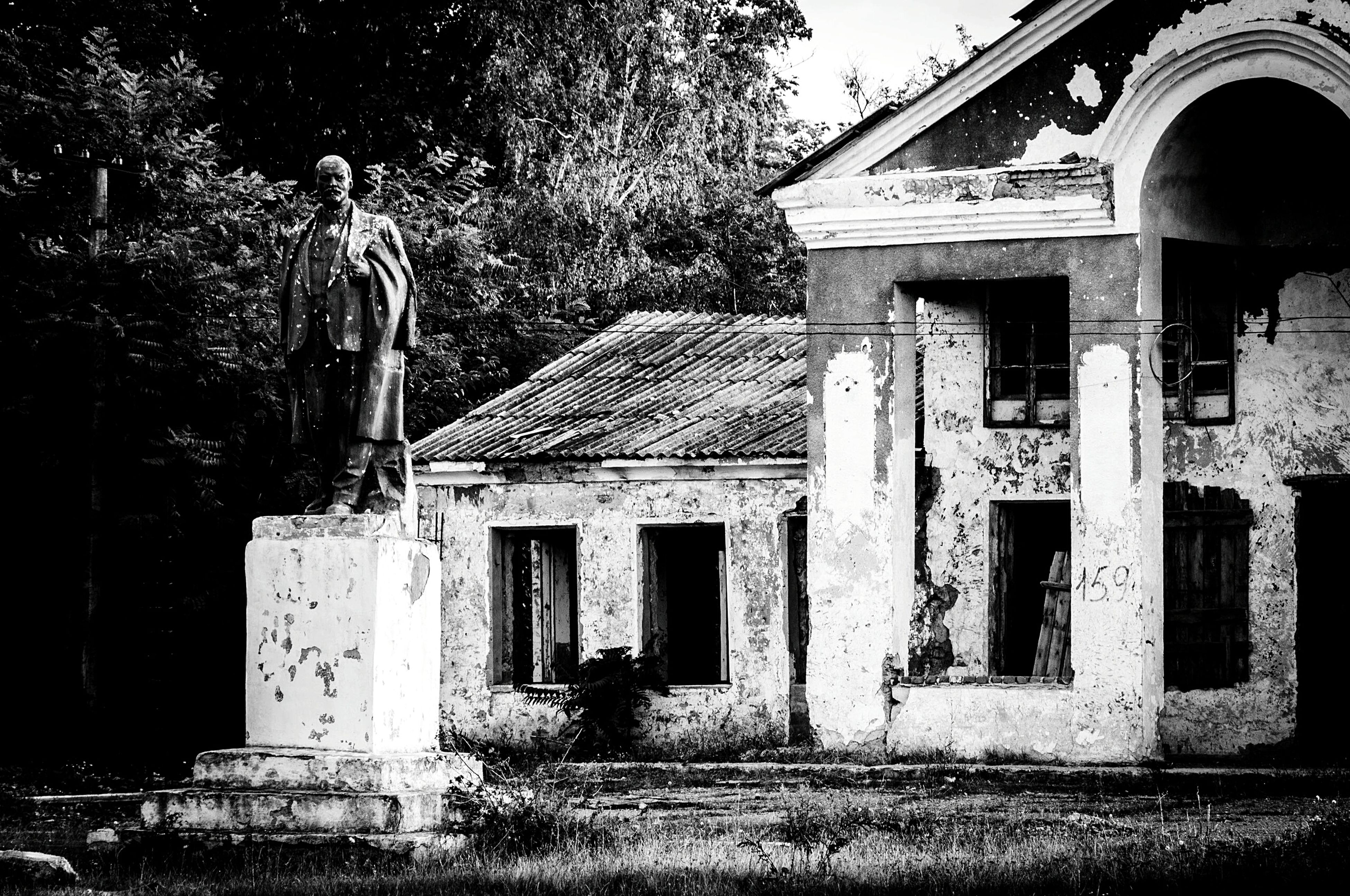 architecture, built structure, building exterior, tree, house, old, arch, window, history, building, facade, exterior, residential structure, plant, outdoors, day, residential building, low angle view, abandoned, entrance