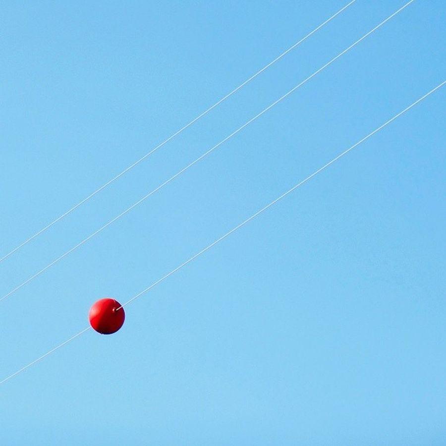 suspenso Bola Vermelha Cabos Ball Red Cable Paralelismo Parallelism Céu Azul Blue Sky Minimalismo Minimalism Minimal_perfection Minimalmood Minimalism_world Ig_minimalism Ig_minimalshots Ig_minimalist Ig_minimalist