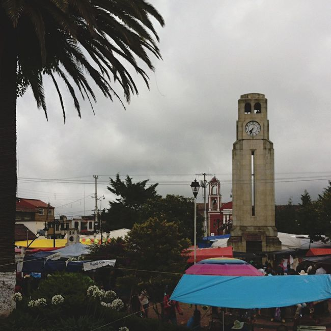Yomochilero en la plaza dominical de Acaxochi, Hidalgo. Mexico