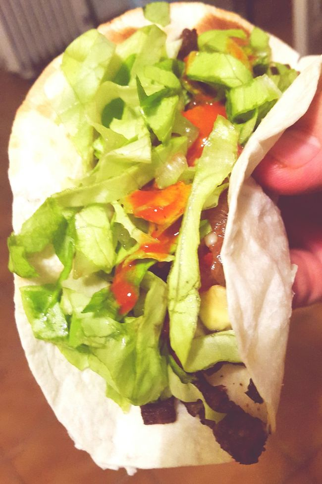 Tacos De Carne Acada Taco Tacos Tacos Time Sauteed Onions Sauteedbeef Sauteedvegetables Sauteed Sauteed Veggies Vegetables Meat Meat! Meat! Meat! Food Aguacate Palta Aguacates Avocado Tomatos Foodphotography Hand Holding A Taco