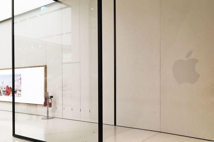 Apple Store, Dubai, UAE Apple Apple Shop Apple Store Apple Store Dubai Day Door Indoor Photography Indoors  Indoors  IWatch IWatch Apple No People Real People Real People Photography Shop Standing Store Stores
