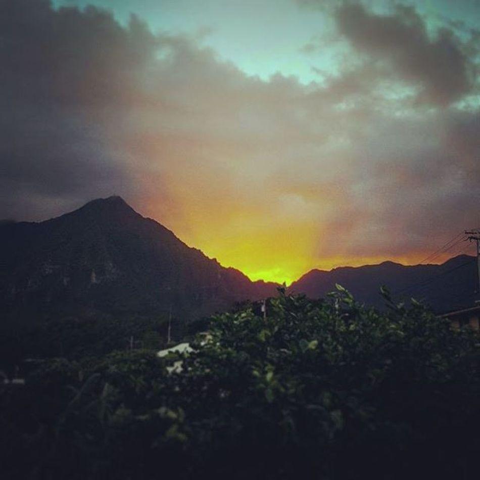 Stop to take the sights in Sunset Firerysky Backyard Luckywelivehawaii Epichi Cloudy Koolaus Hawaiiunchained