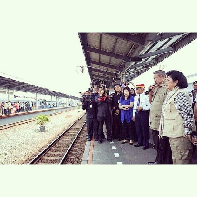 Moment langkah ini!!! Suatu hari di cirebon. Bpk negara aja naiknya kereta, ceritanya SBY mau ngunjungi korban erupsi kelud. Ada penampakan Cireks