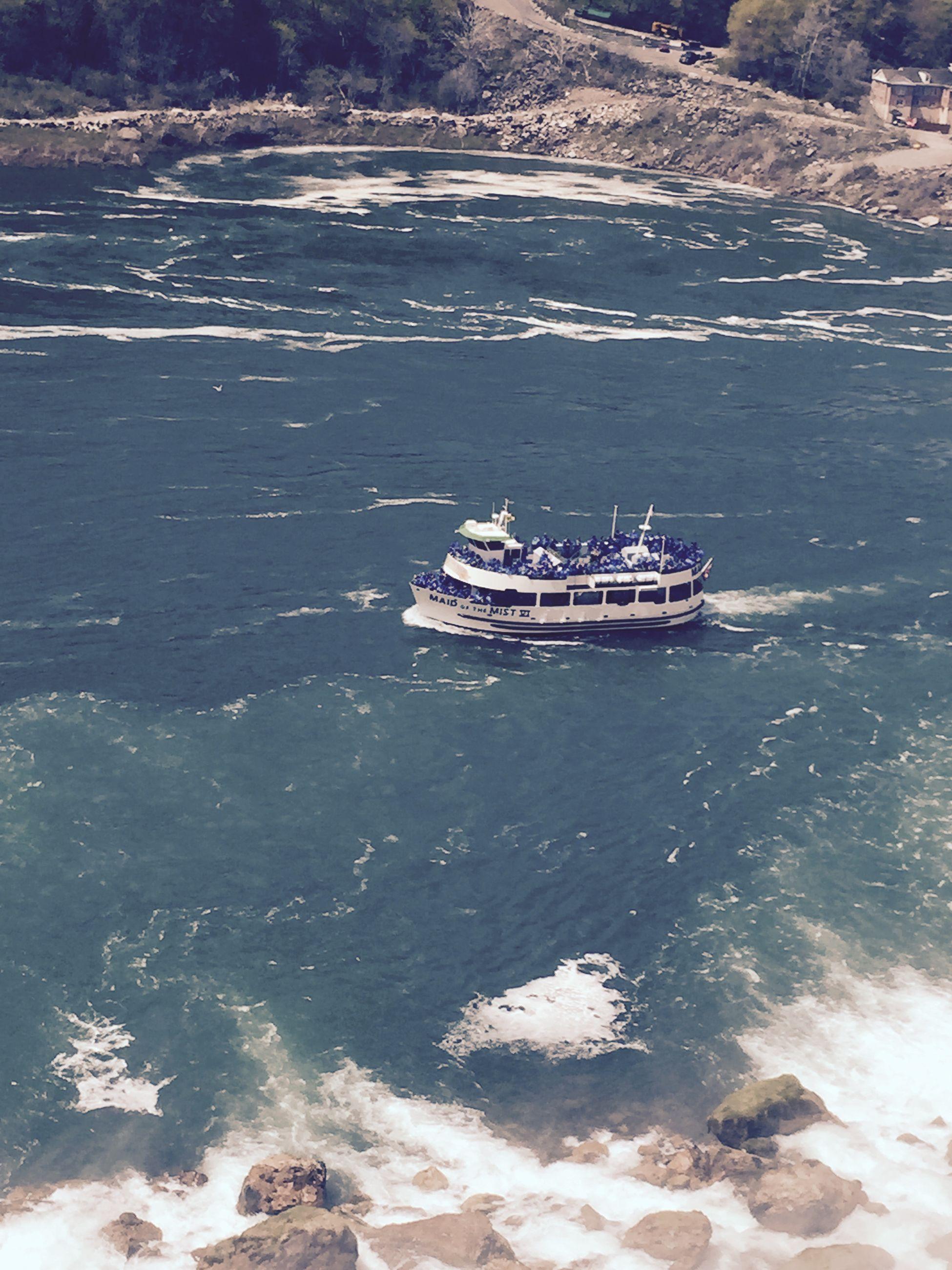 Niagra Falls وسط امواج نياجرا فولز