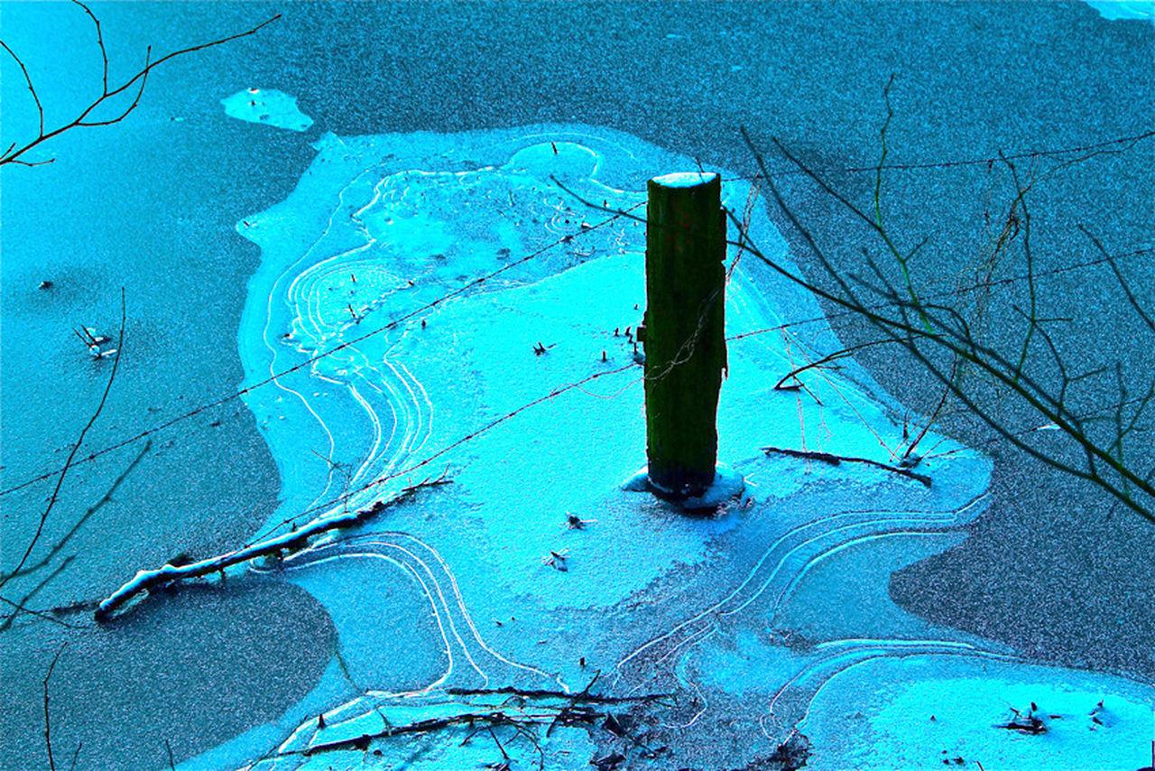 Winterliches Eiskunstwerk an den Teichwiesen in Hamburg-Volksdorf ... Blue Cold Temperature Eis Gefroren Ice Teich Zugefroren