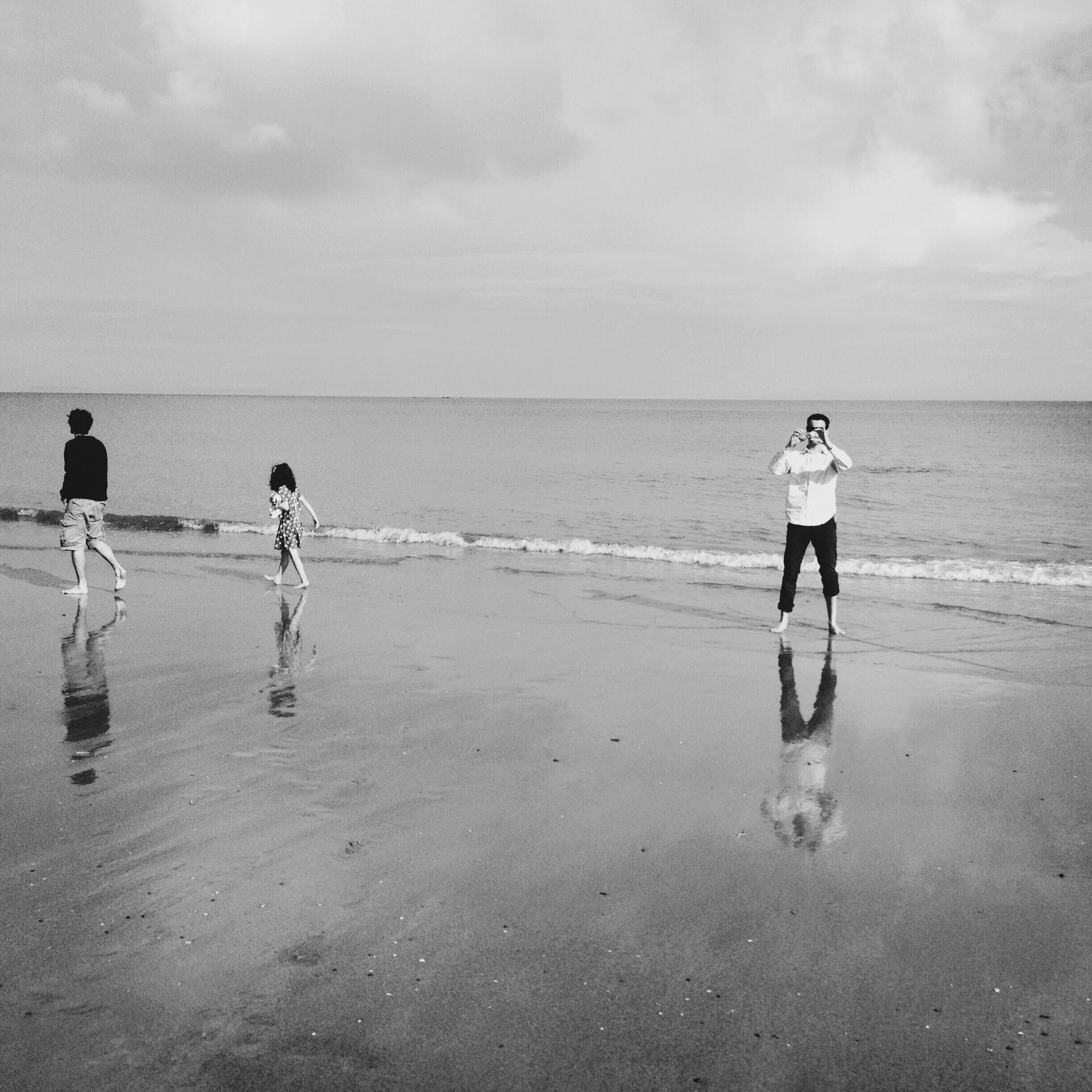 water, sea, beach, horizon over water, full length, leisure activity, lifestyles, shore, childhood, sky, boys, girls, elementary age, sand, vacations, enjoyment, casual clothing, playing, fun