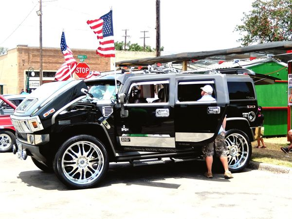 MeinAutomoment - Awesome car show and fair we went to in Luling, Texas. Nice American Flag black Hummer. Texas!!!! Feel The Journey Original Experiences Hummer American Flag Car Show Antique Car Luling, Texas Auto Market24 Eyem Collection Eyeem Community EyeEm Gallery Eyeem Photography EyeEm Eyeem Market ForTheLoveOfPhotography Automotive Photography Auto Show On The Way Snap A Stranger Who What Where