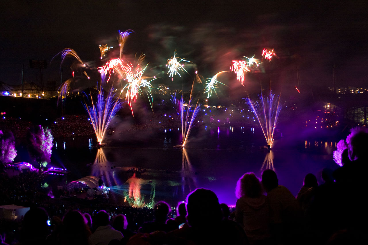 Fireworks Fireworksphotography Large Group Of People Light Malen Mit Licht Night Night Lights Violett