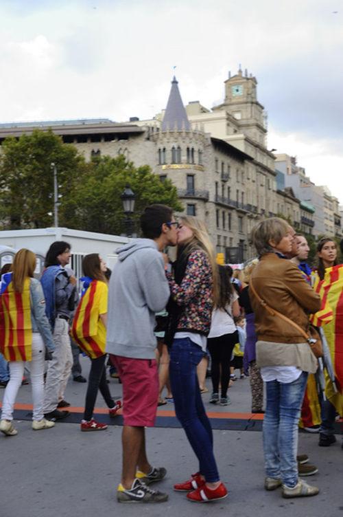 """I como me gusta recordar a las princesas...Alicias....y amantes de pelicula y como no hay guerra sin beso...ni reportero que no robe uno y en el fondo soy un romantico de los de """"feu l'amor I no la guerra"""".... aqui dejo el final....bueno no?? cuando hay amor....todo se arregla incluso ..... Mi Particular Diada FreedomCatalonia2014 Catalunya Independent PicFeeling"""