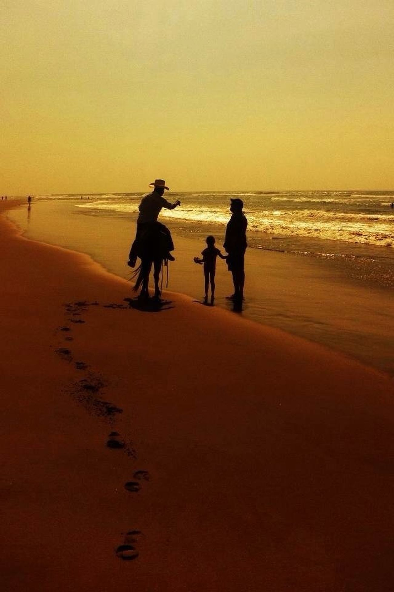 sunset, beach, sea, silhouette, horizon over water, men, water, orange color, lifestyles, full length, leisure activity, togetherness, sand, shore, clear sky, copy space, walking, person