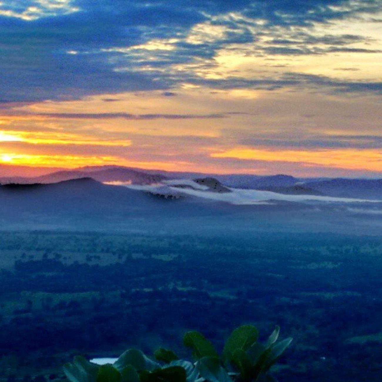 Junto com o nascer do sol, renasce os sonhos e as energias para segui-los!!Semfiltro Serradejaraguá Paisagemlinda $nascerdosol