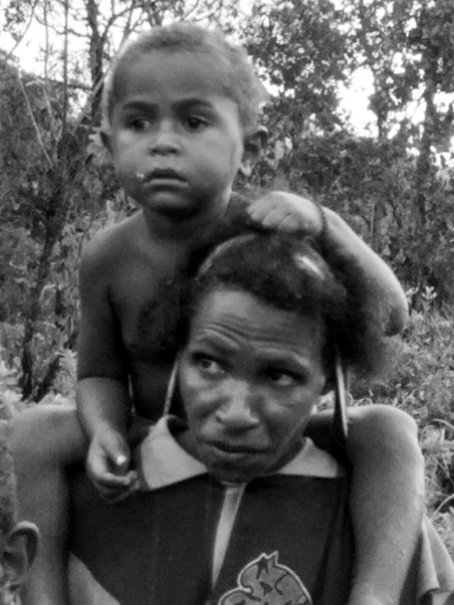 Tentang perjuangan keluarga perbatasan di antara dua negara indonesia dengan papua nugini, perjalanan mereka dari PNG melintasi pos pertahanan indonesia hanya untuk sekedar membeli bahan kebutuhan pokok dan untuk dijual kembali, dengan menempuh jarak perjalanan lebih dari satu hari menuju indonesia INDONESIA Papua New Guinea Humanis