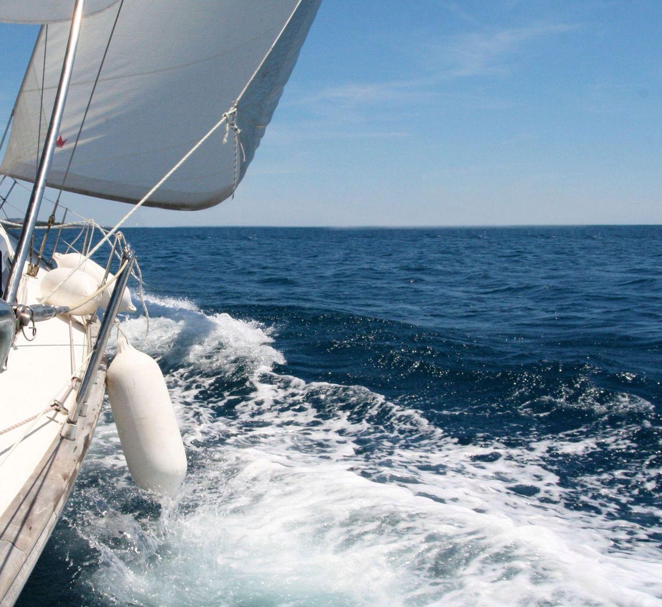 At sea and in love, come whenever you want and get out when you can. In mare ed in amore, entri quando vuoi ed esci quando puoi. En mar y amores, entrarás cuando quieras y saldrás cuando puedas. #moraledelmare #sailingquote #amailmare #amori #love #oceans #marionio #vela #barcaavela Sailing